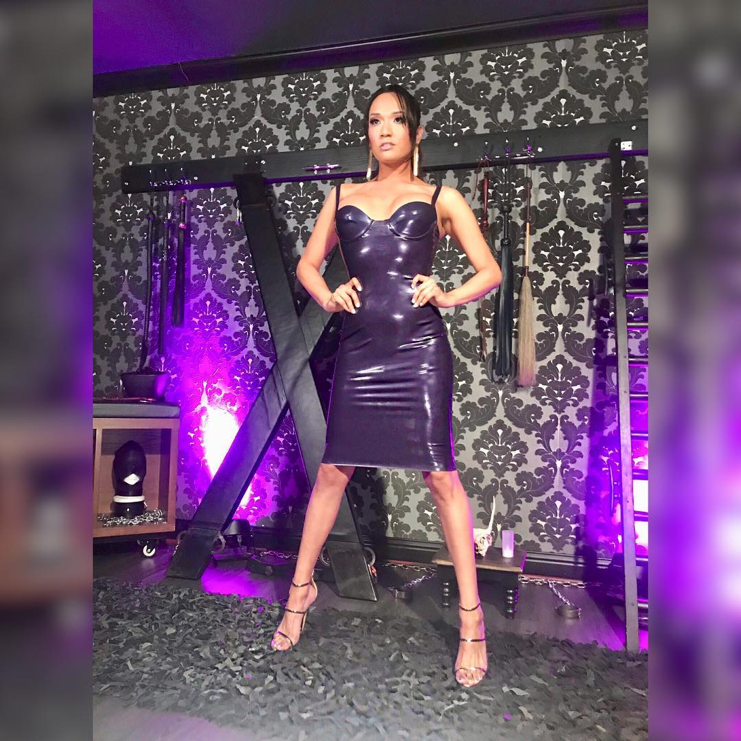 Pornstar TS Jessica Fox in latex dres