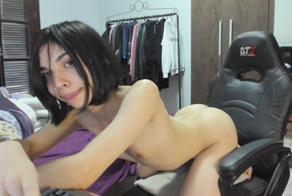 Gamer tgirl Bonny ready to cam nude